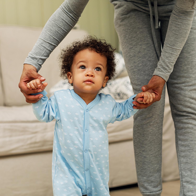 Bebé aprendiendo a caminar