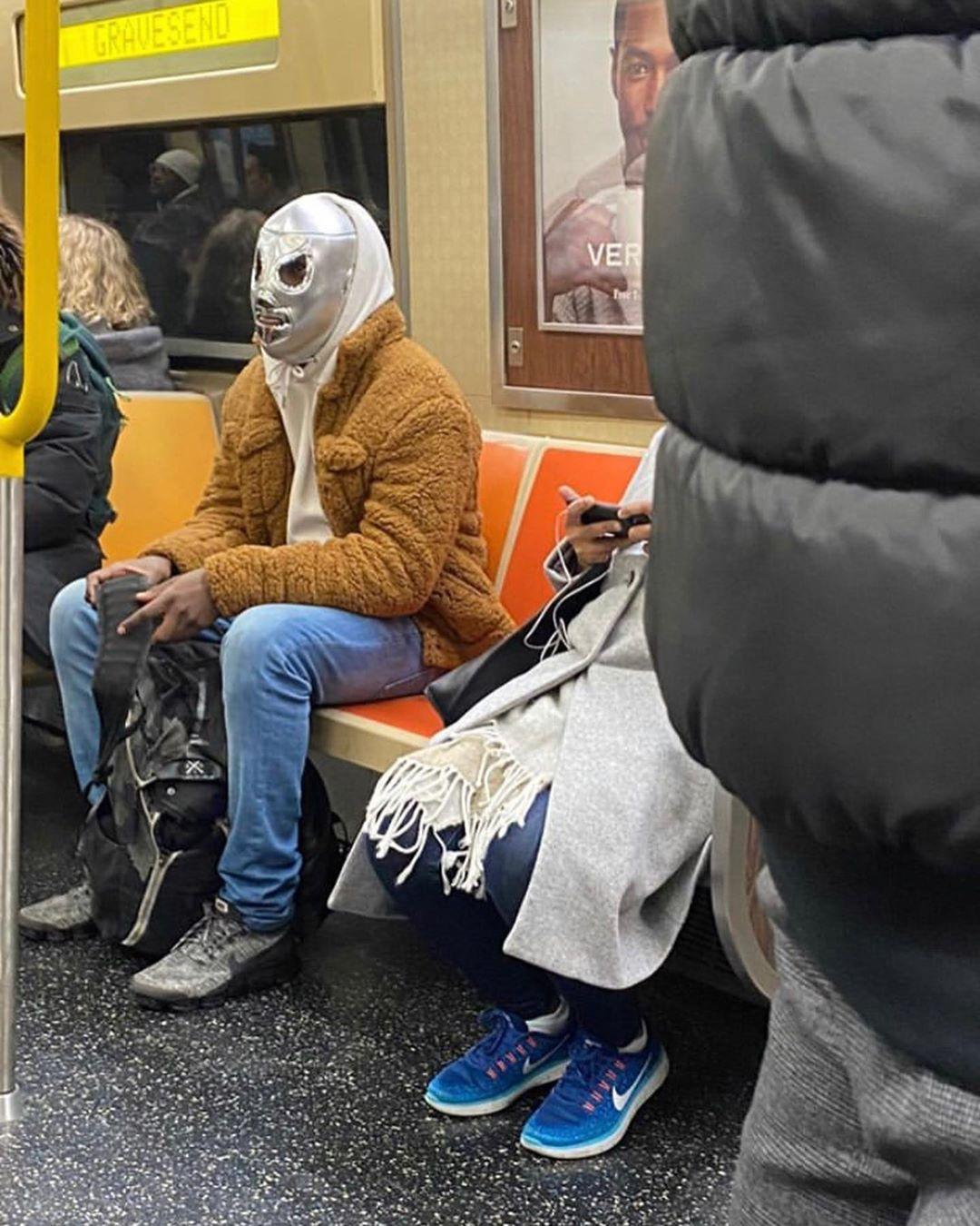 hombre careta gris metro