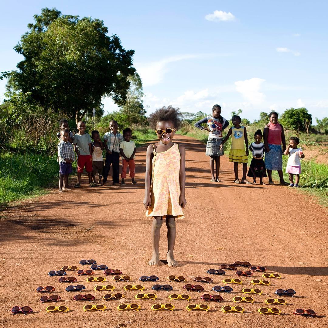 niña africana con gafas de sol