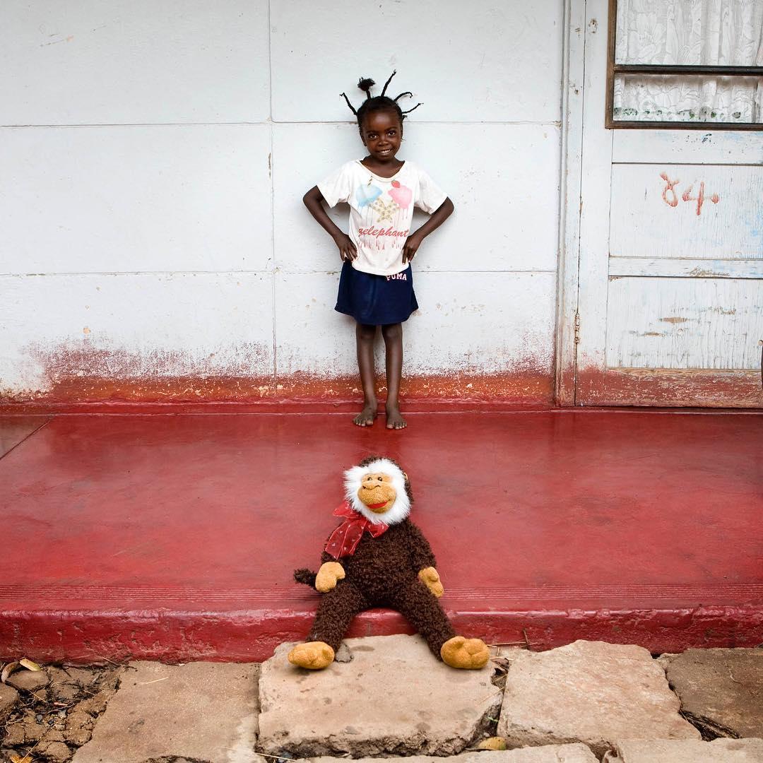 peluche de mono y niña