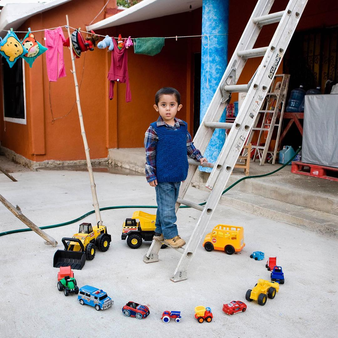 niño coches de juguete