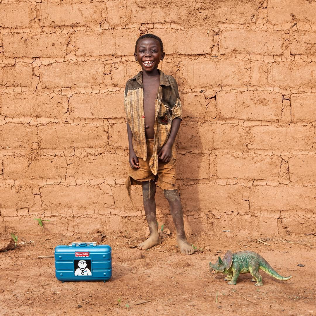niño Malawi con juguetes