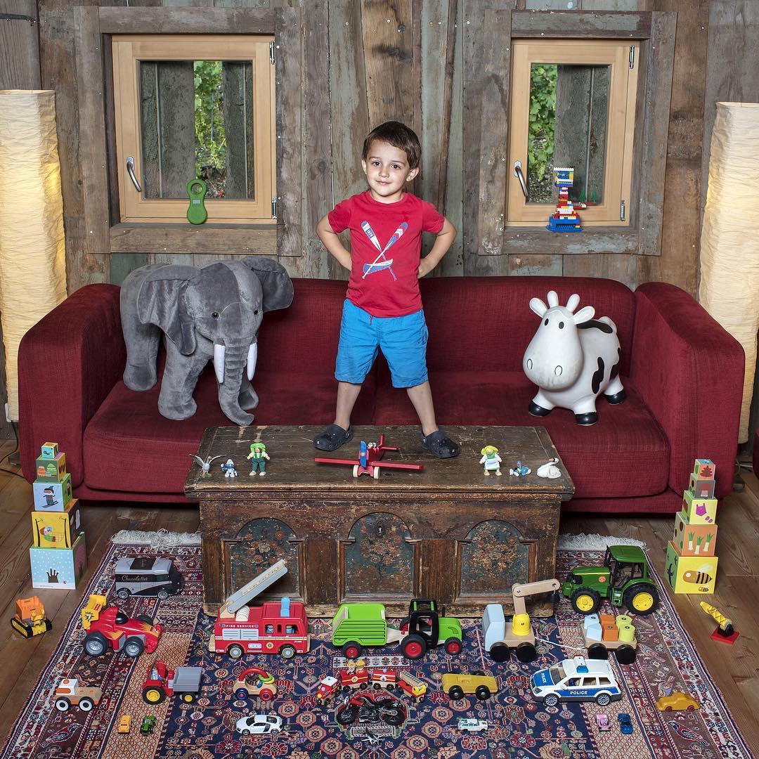 niño con todos sus juguetes