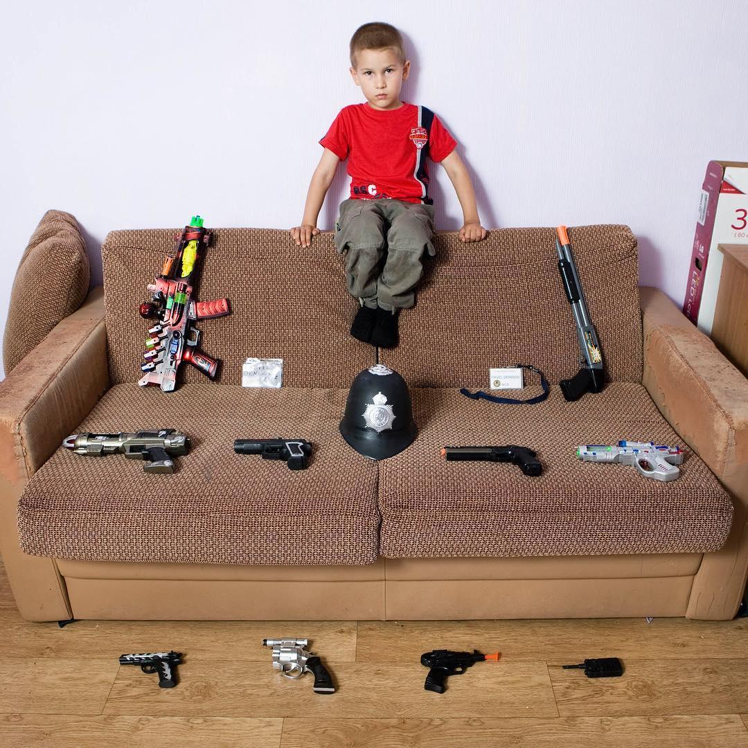 niño con pistolas de juguete