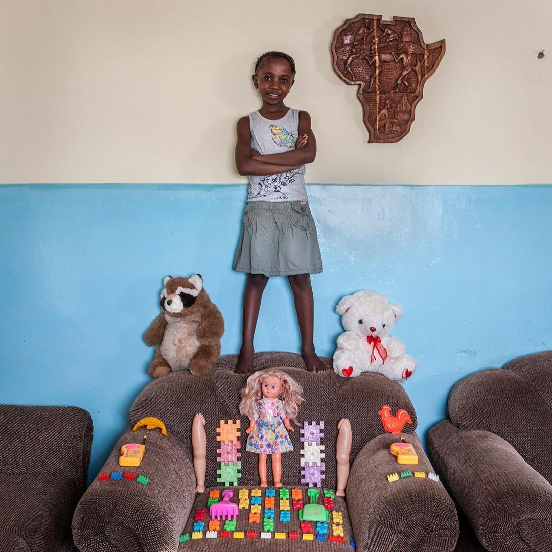 niña de Zimbabue con sus juguetes
