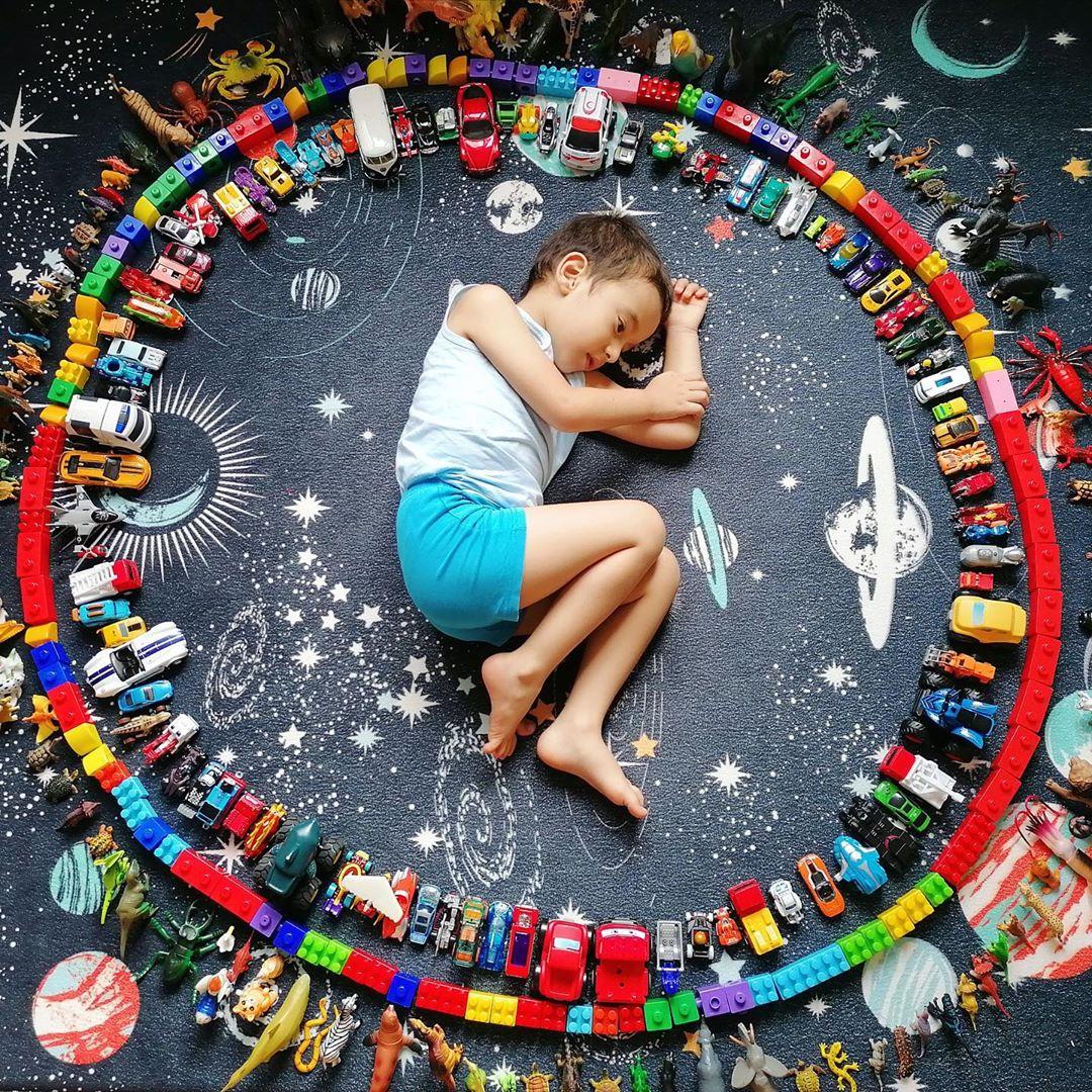 niño con su colección de juguetes