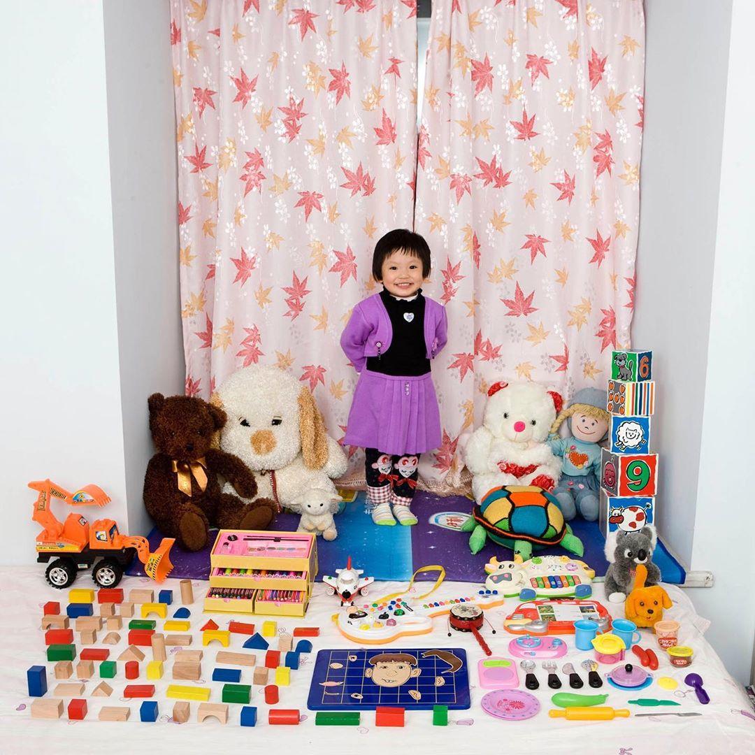niña con juguetes educativos