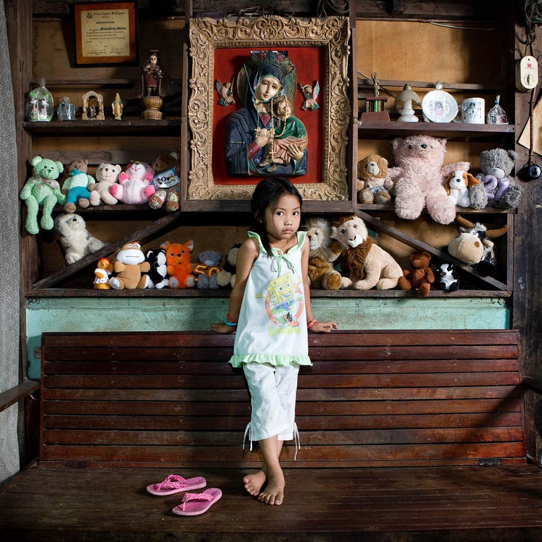 niña con su colección de peluches