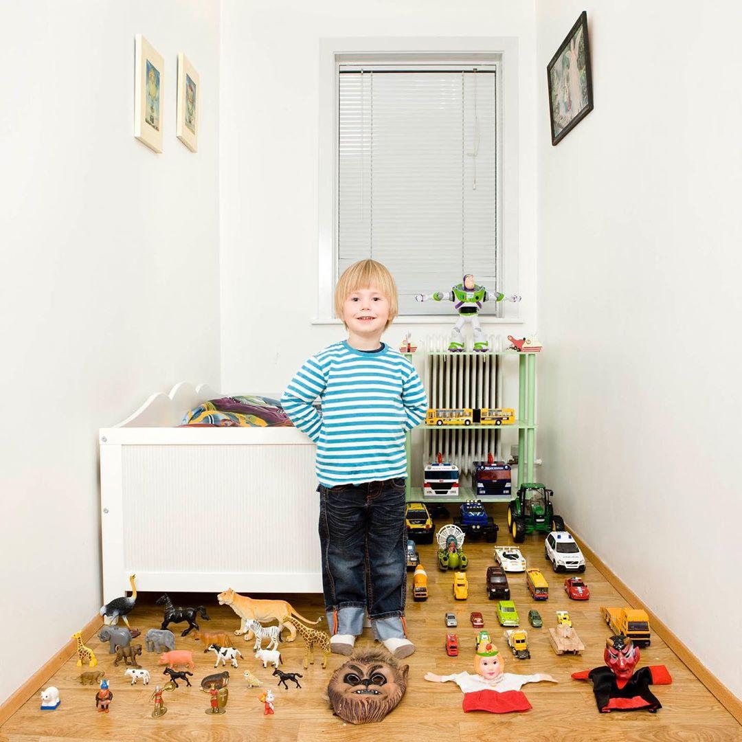 niño en su habitación con sus juguetes