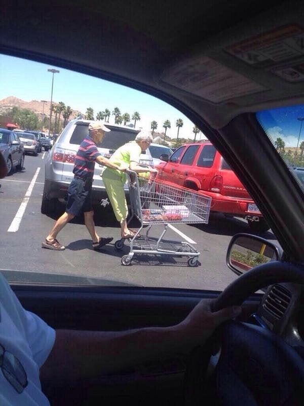 abuelos jugando con el carrito
