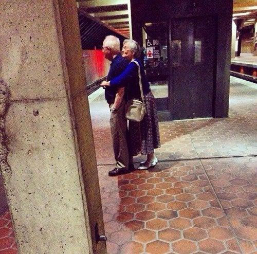abuelos flirteando en el metro