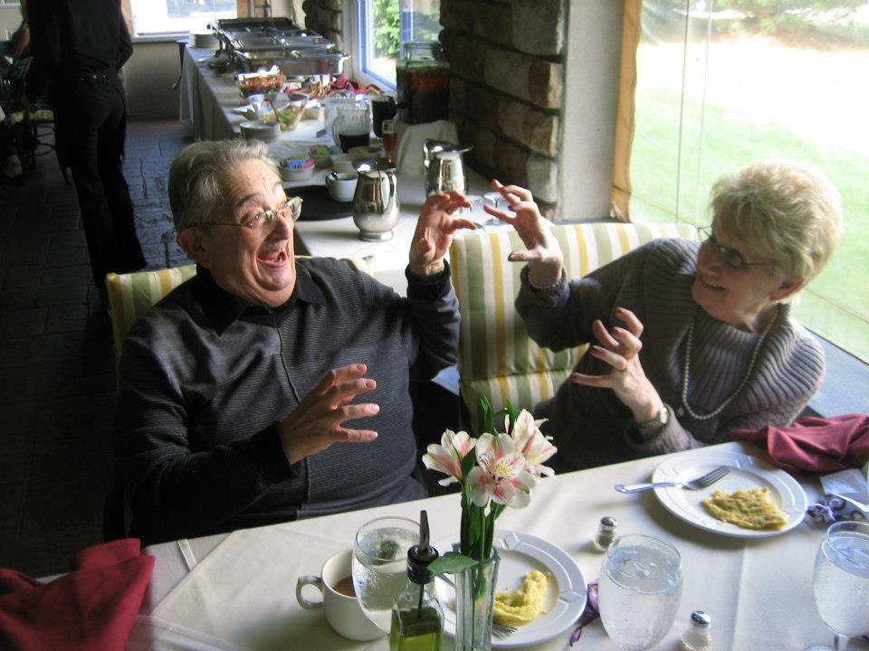 abuelos haciendo el tonto
