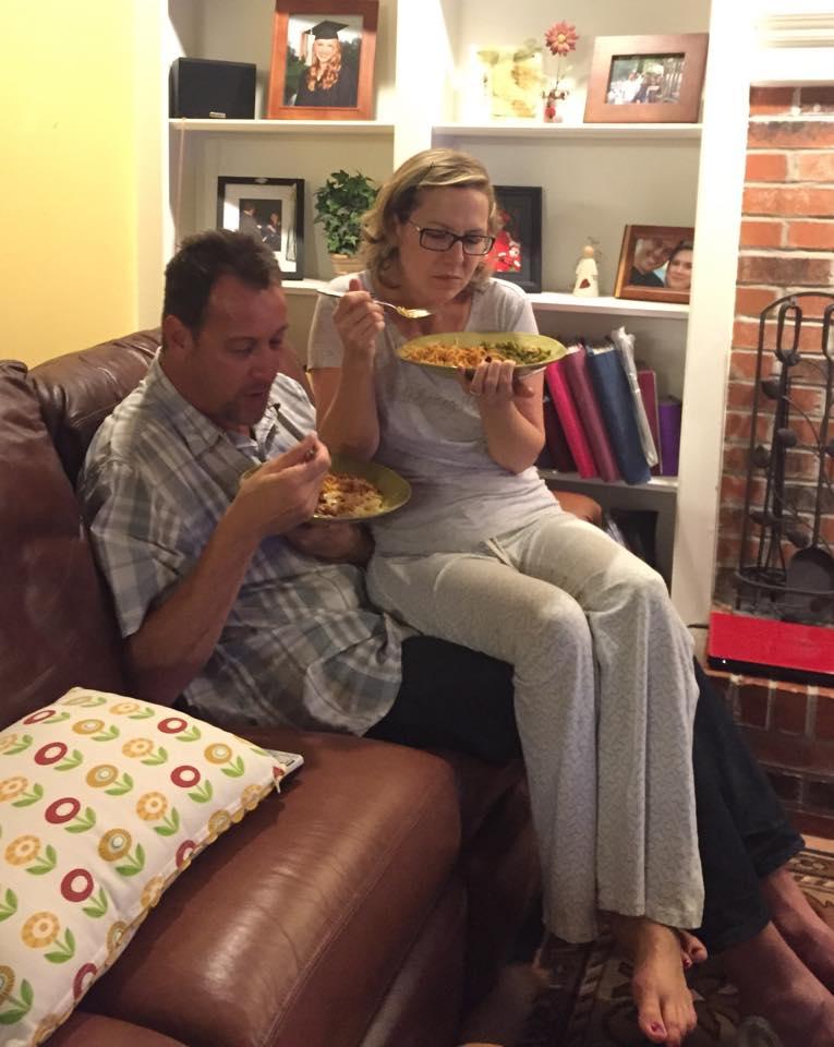 comiendo encima de su marido