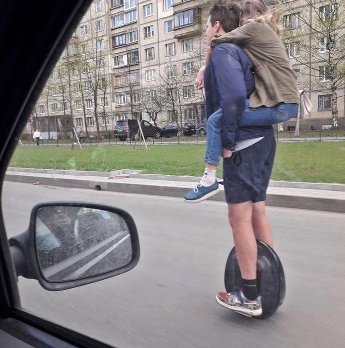 pareja en ciclomotor