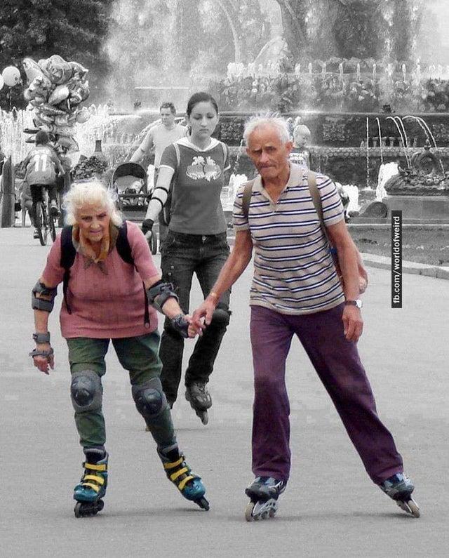 abuelos patinando