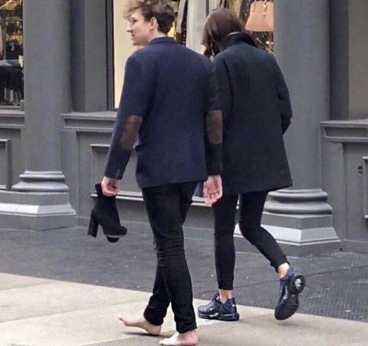 pareja paseando por la calle