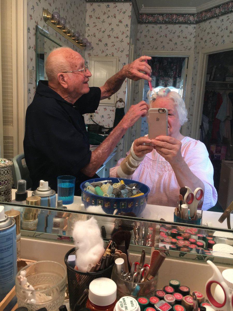 hombre arreglando el pelo a su mujer