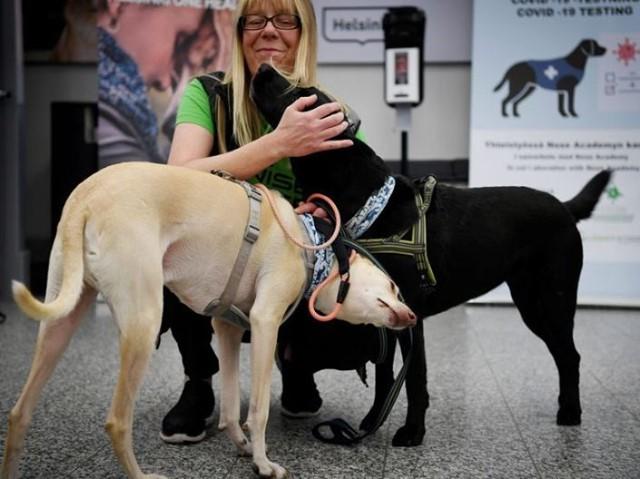 mujer abraza a sus perros
