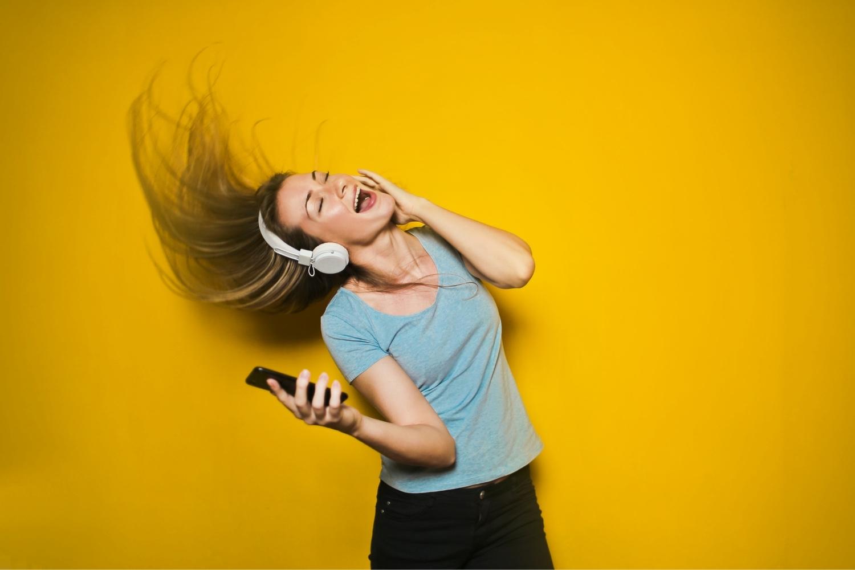 chica cantando y escuchando música