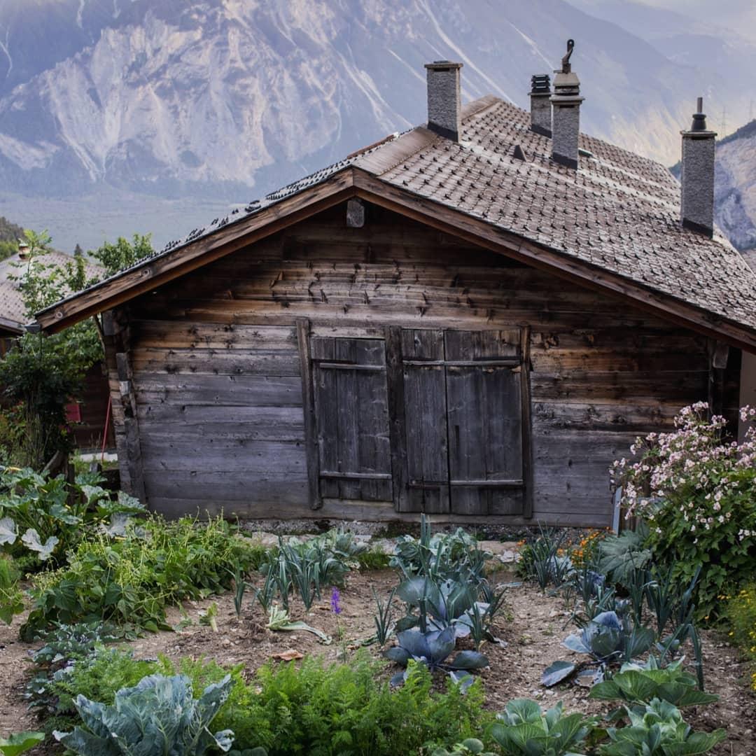 cabaña de madera en los Alpes
