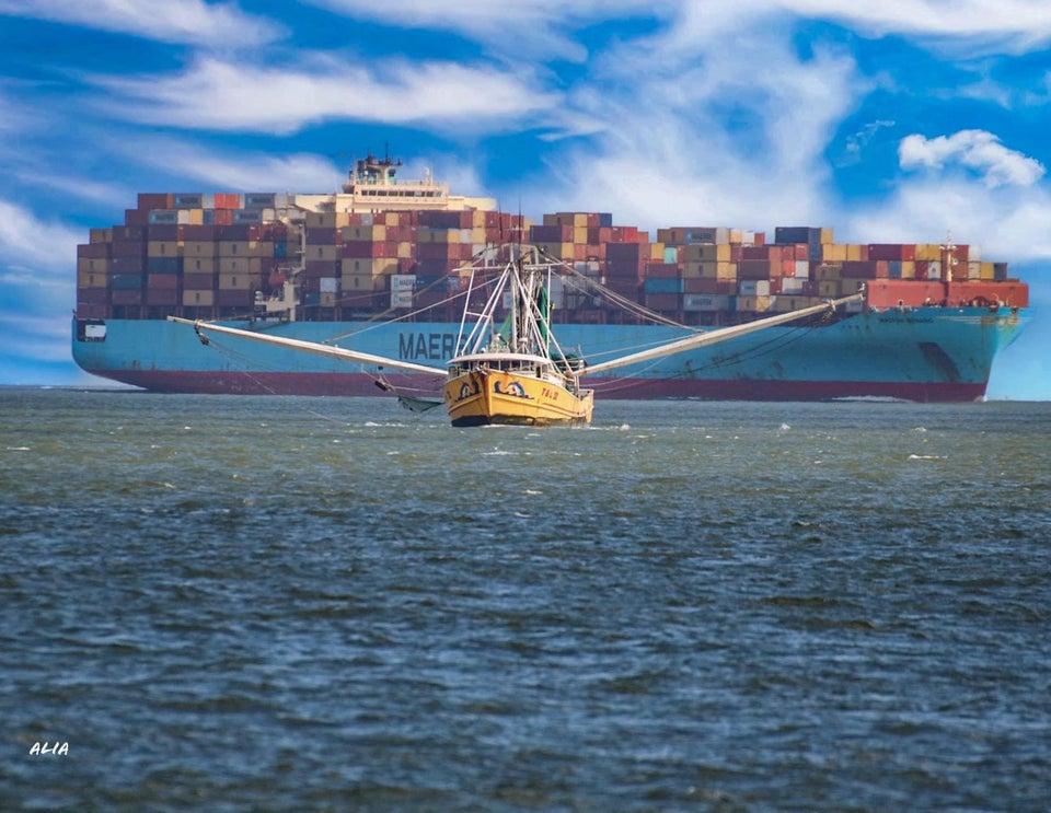 barco remolcando carguero