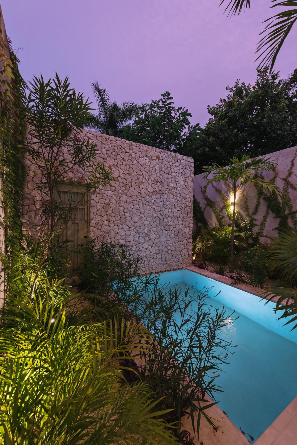 iluminación nocturna de piscina