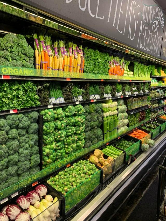 estante verdura supermercado