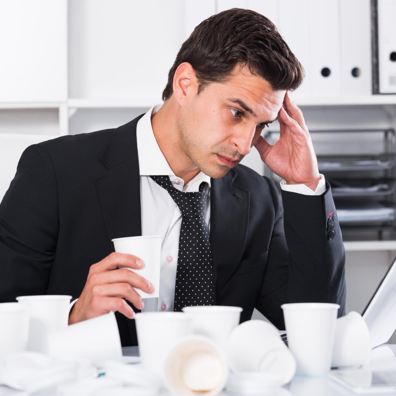 hombre café dolor cabeza