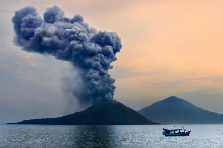 columna de humo de volcán