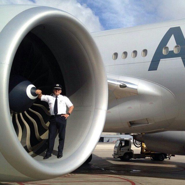 persona y motor de avión