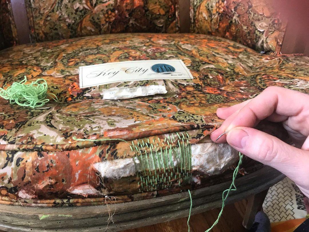 aguja cosiendo silla