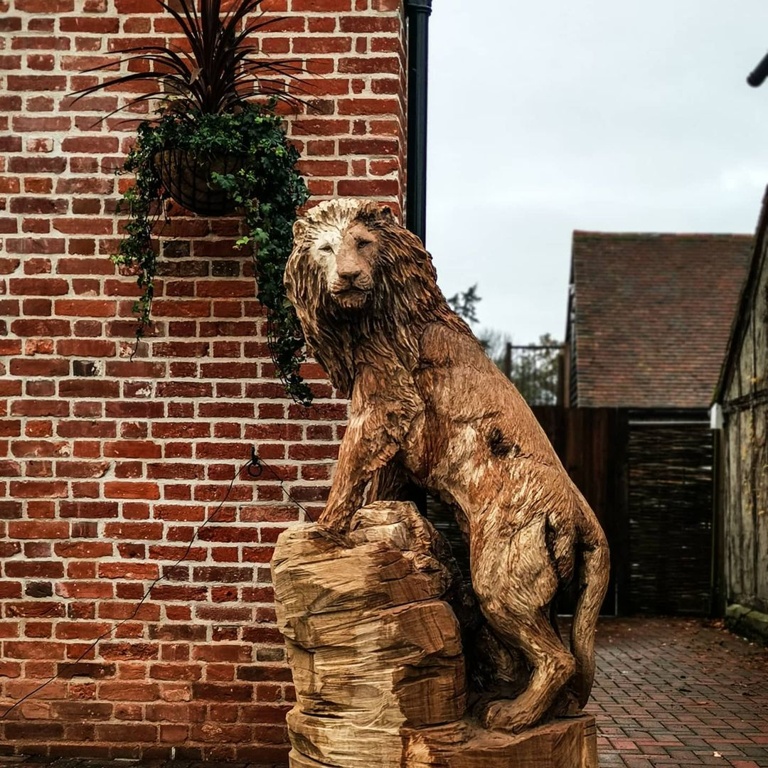 león tallado de un tronco de árbol