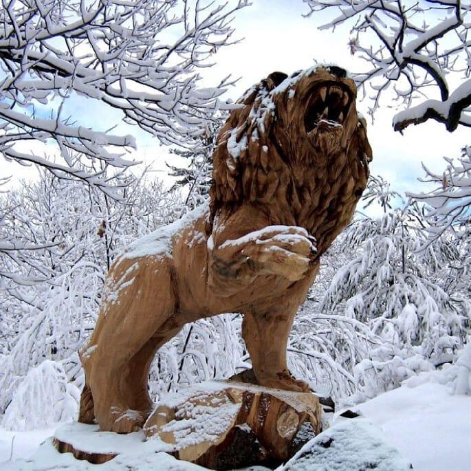 león tallado en madera