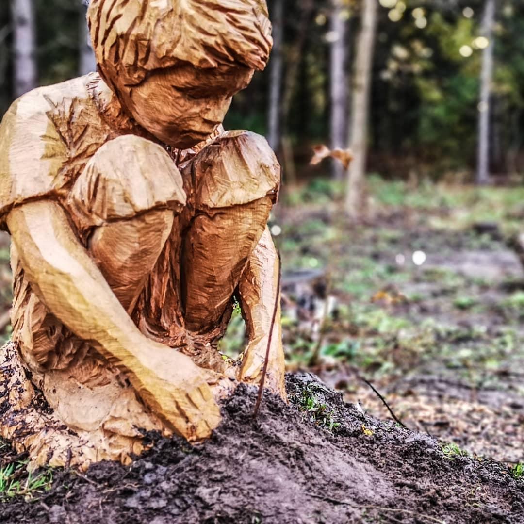 niño tallado en madera