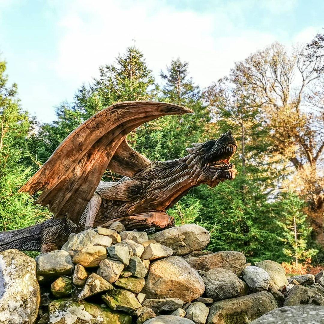 dragón tallado en madera