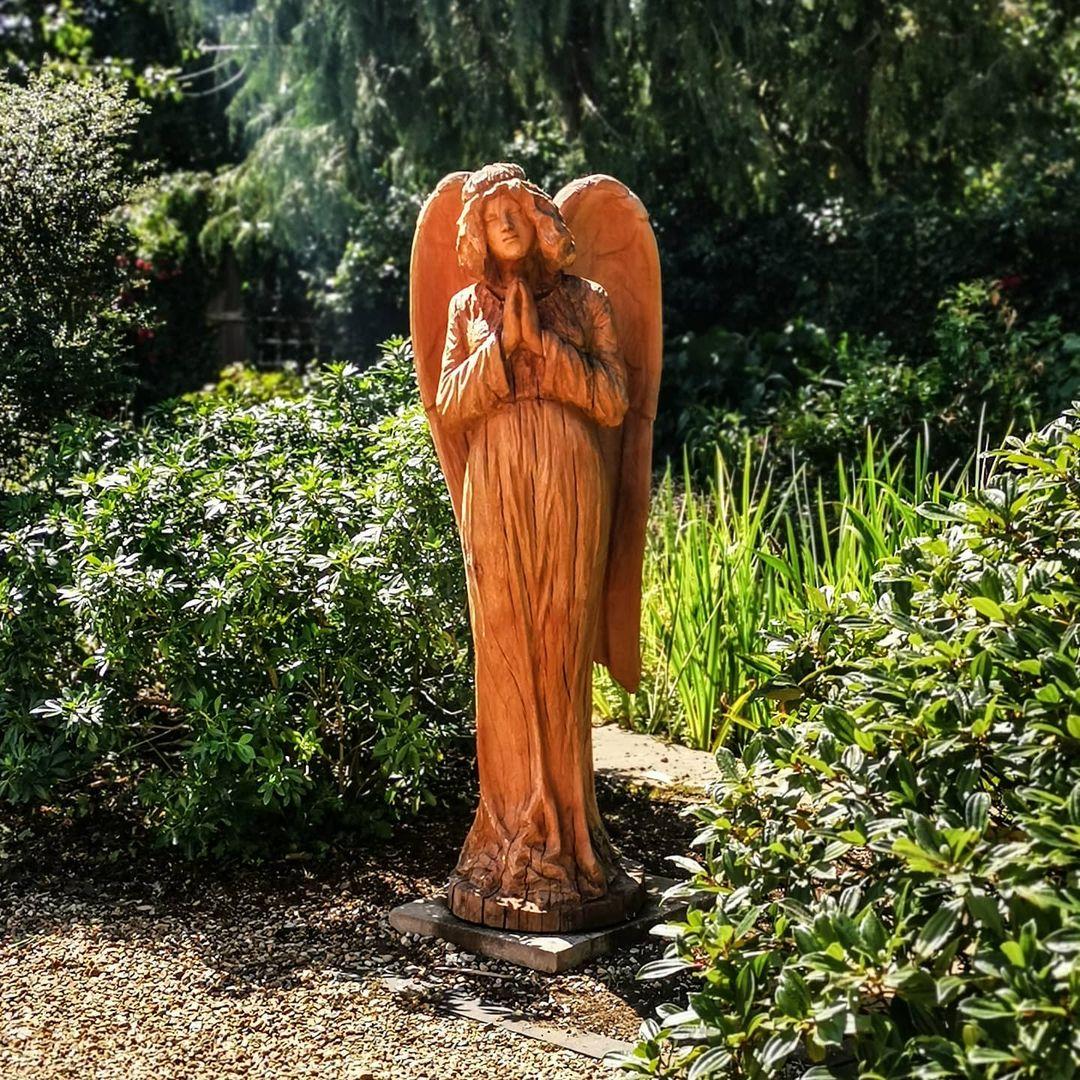ángel tallado de un árbol
