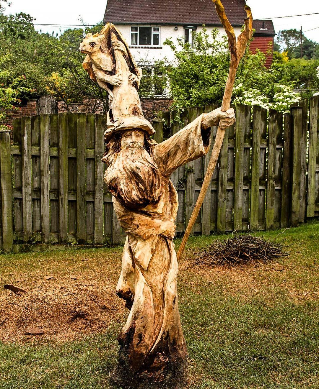 mago tallado en árbol