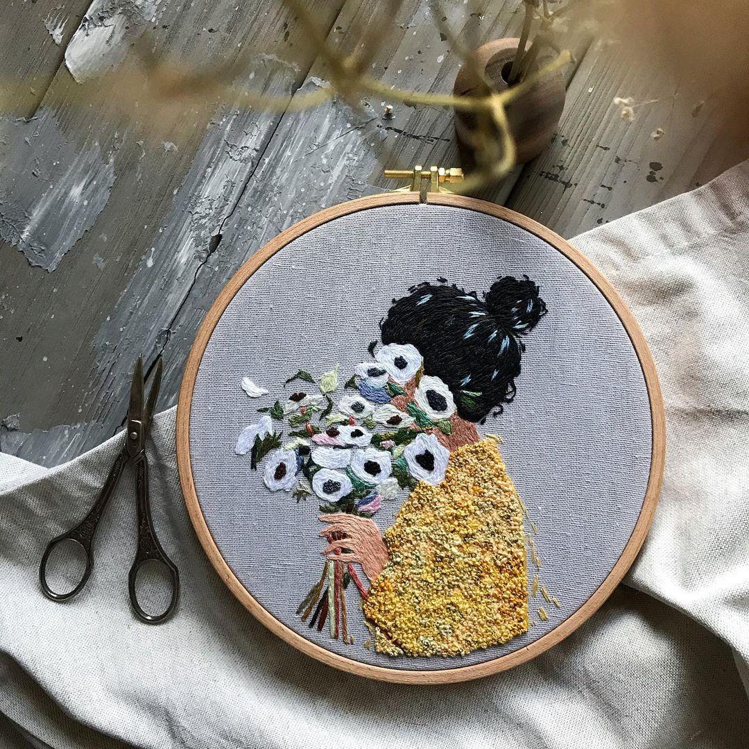 bordado mujer con flores