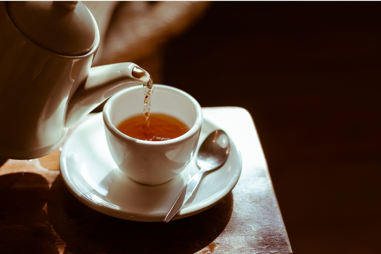 servir té