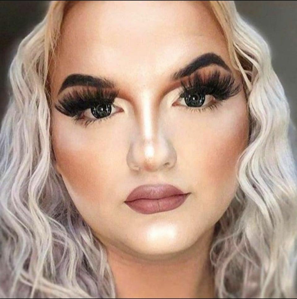 mujer mal maquillada
