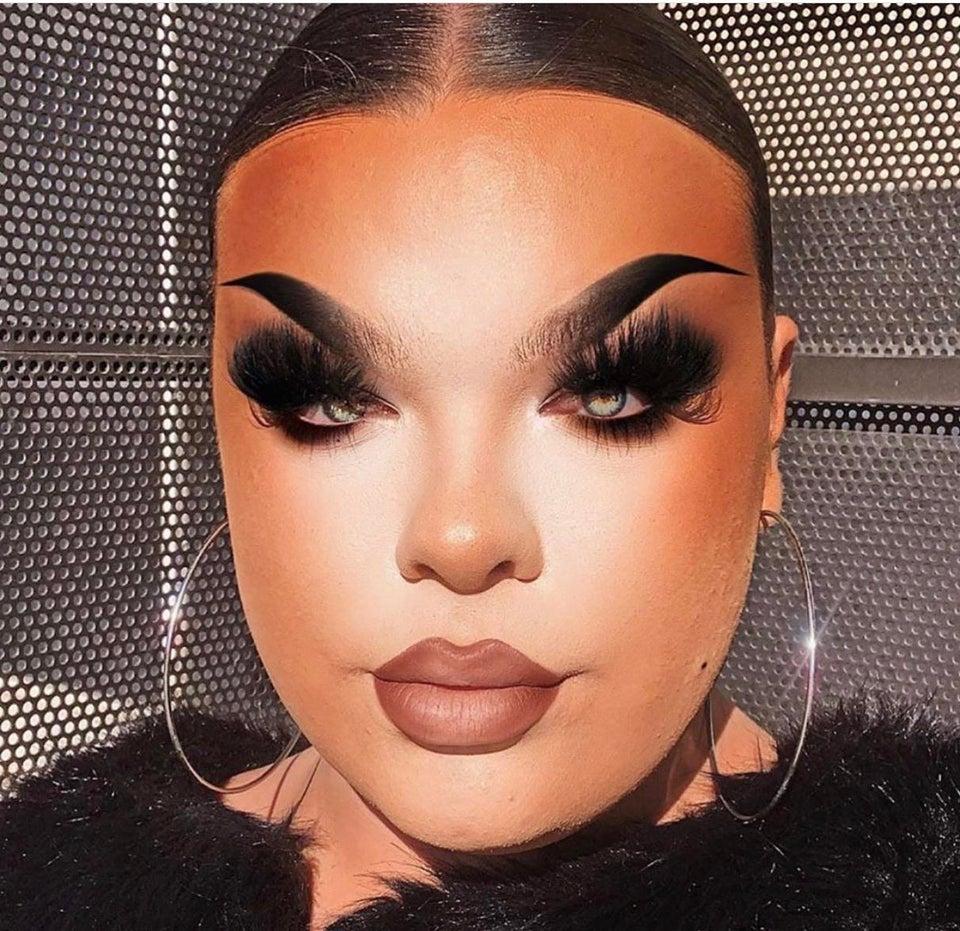 mujer muy maquillada