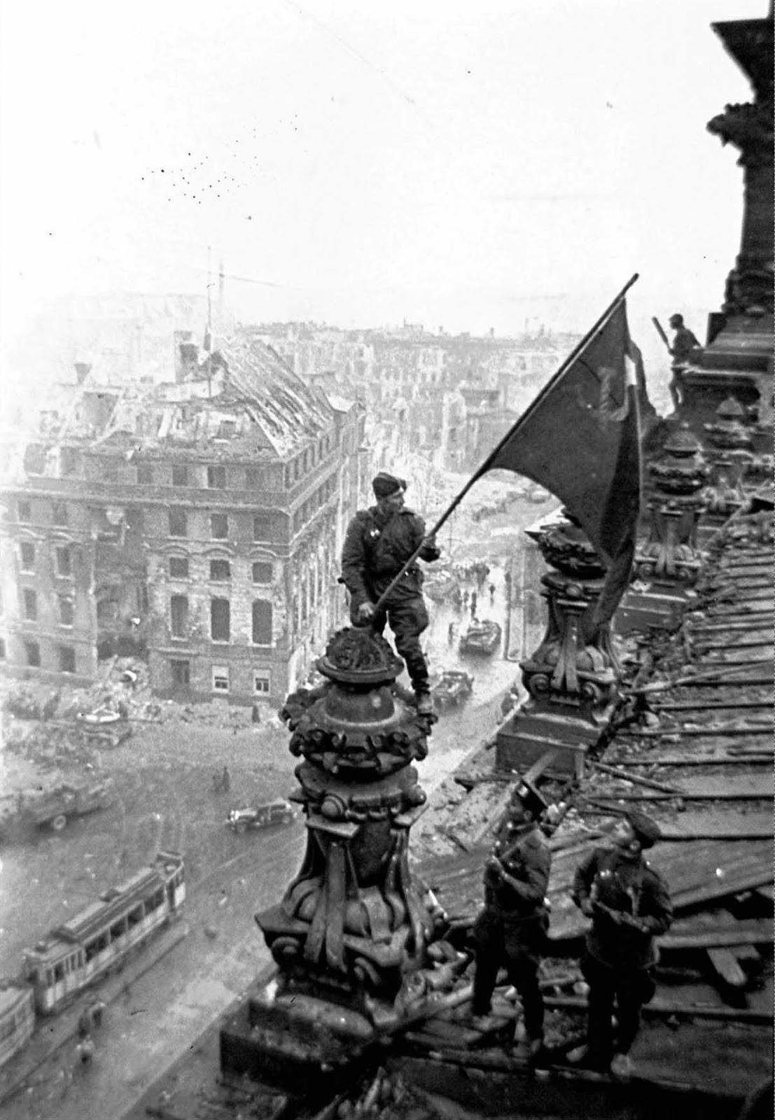 soldado levanta bandera soviética