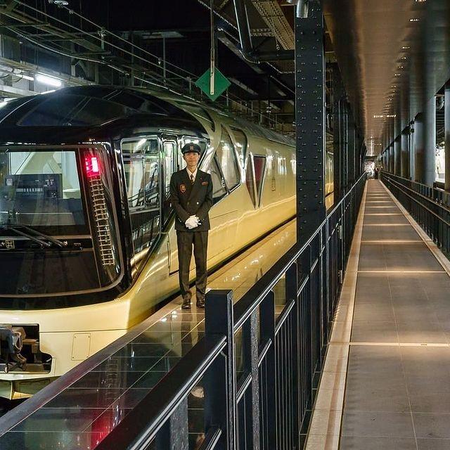 tren Shiki-Shima en estación