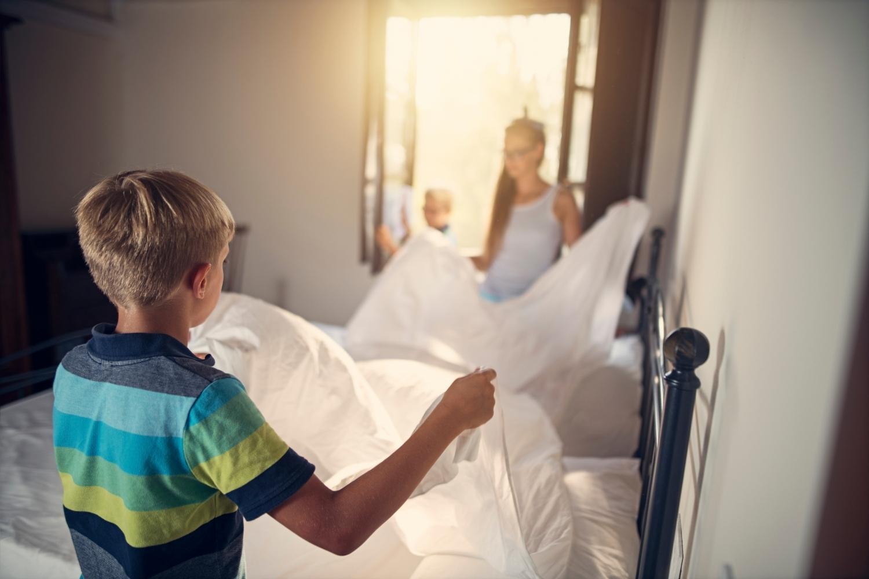 niños haciendo la cama