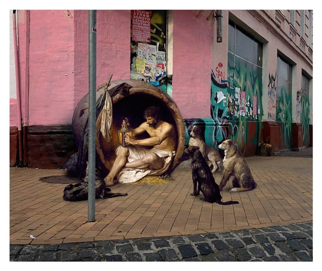 hombre con sus perros durmiendo en la calle