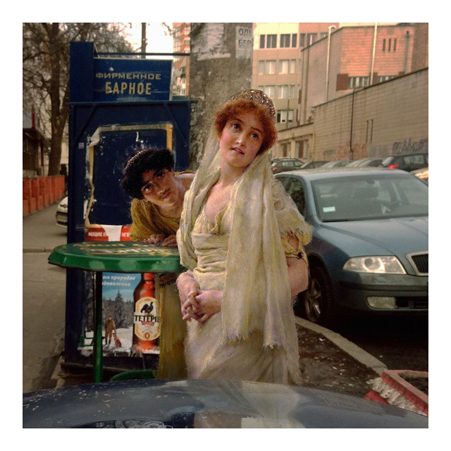 mujer neoclásica tomando refresco en la calle