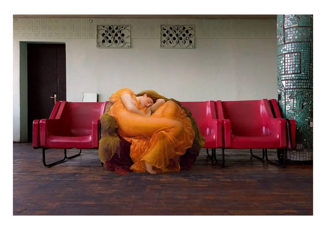 mujer renacentista en sala de espera