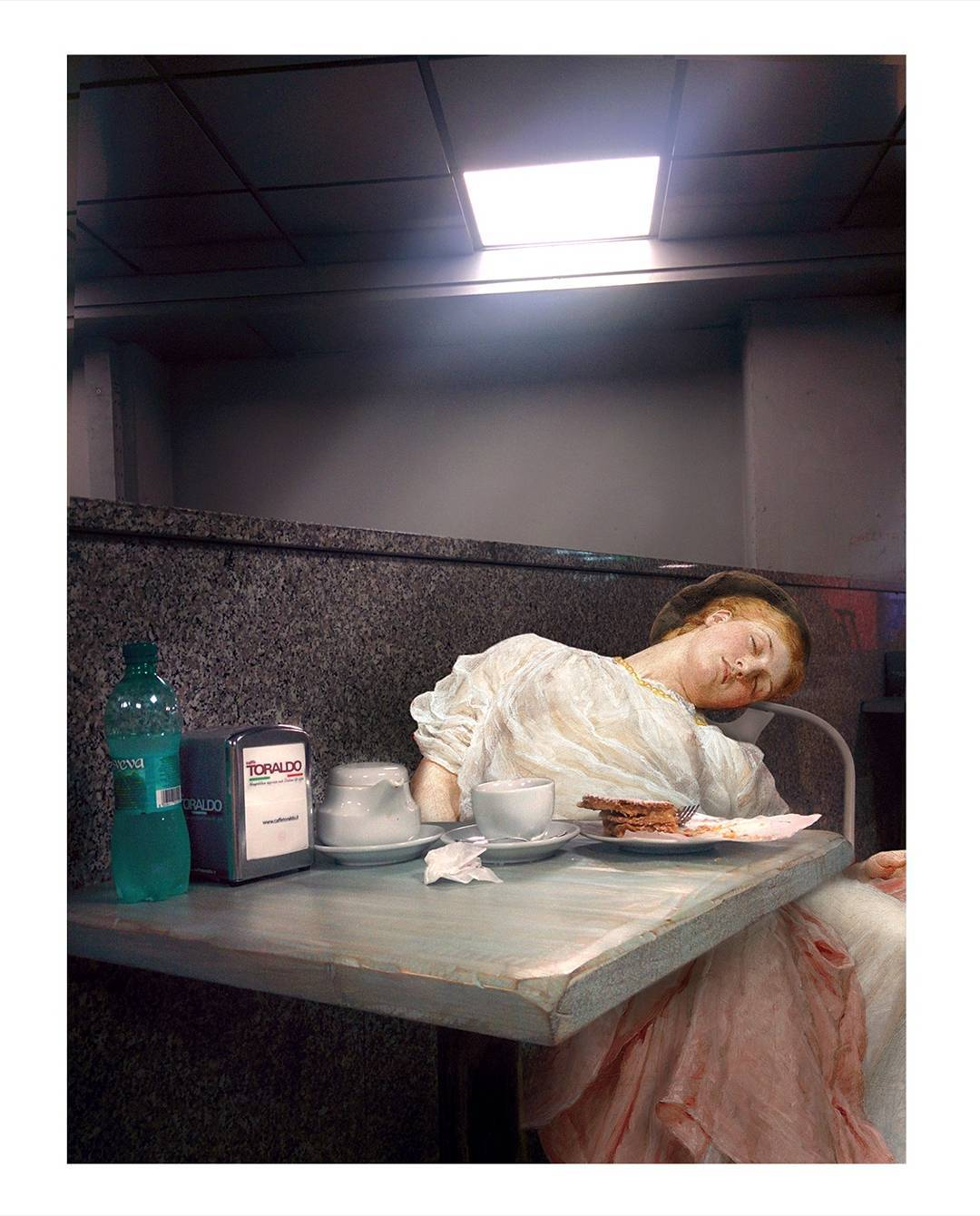 mujer dormida en un bar