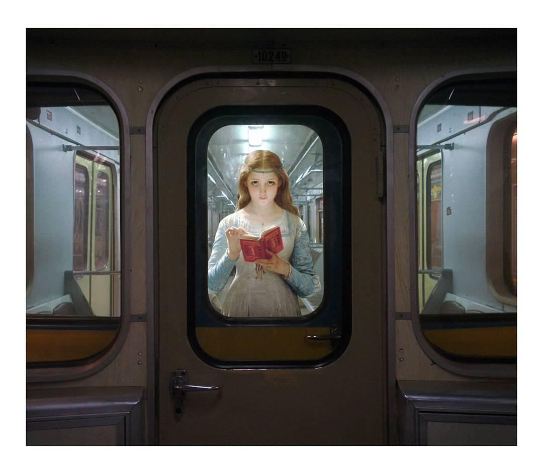 chica leyendo en el metro