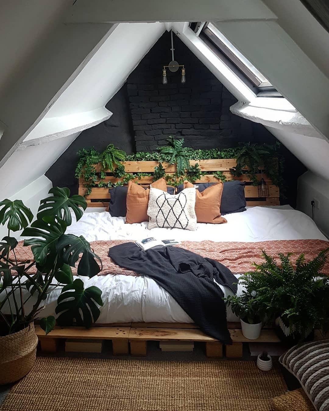 cama rodeada de plantas